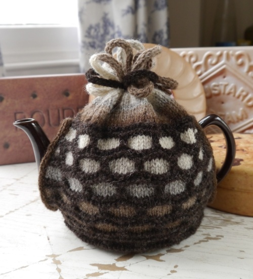 Fitted tea cosy in Foula Wool